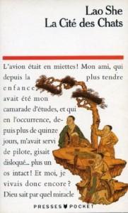 Lao She, La Cité des Chats, traduit par Geneviève François-Poncet, Presses Pocket, 1992.